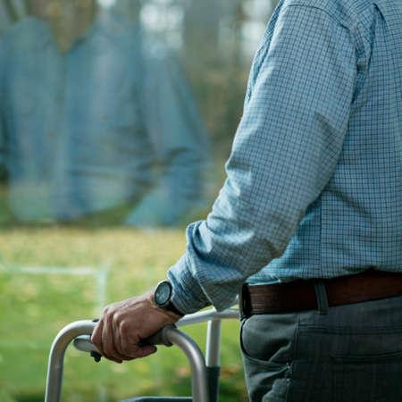 vecchiaia: Uomo anziano che soffre di depressione nella vecchiaia
