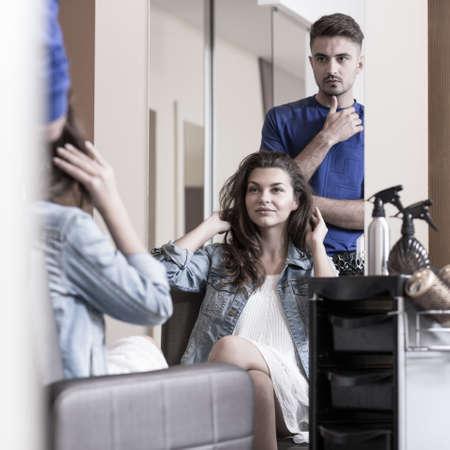 peluqueria: Imagen de la mujer joven en el sal�n de peluquer�a Foto de archivo