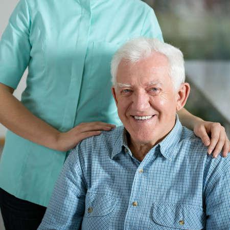 Ritratto di servizio sociale uomo anziano bisogno
