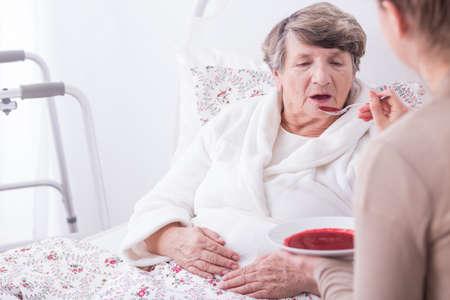 Beeld van gehandicapte oude vrouw die zorg Stockfoto