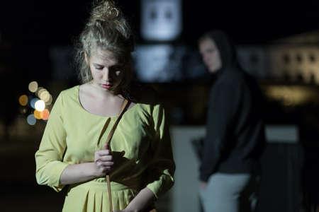 夜一人で歩いて刑事観察若い女性 写真素材
