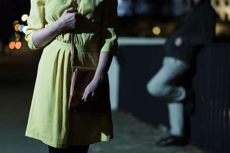 밤에 혼자 산책하는 젊은 두려워 여자를