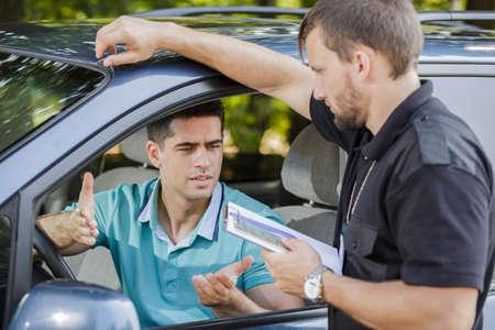 conductor joven está haciendo una excusa después de la detención Foto de archivo