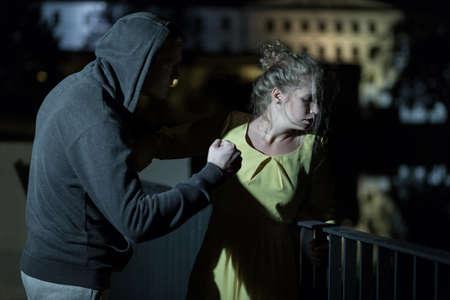 Femme victime de violence dans la rue