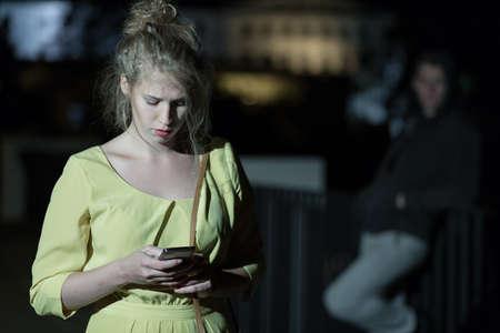 혼자 걷는 휴대 전화와 여자 스톡 콘텐츠