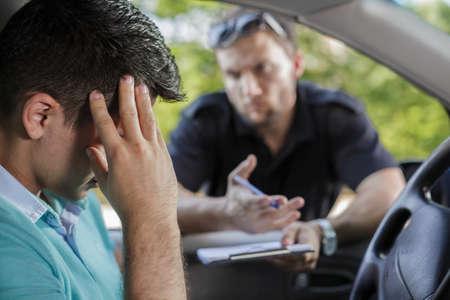 交通警官がドライバーと話しています。 写真素材