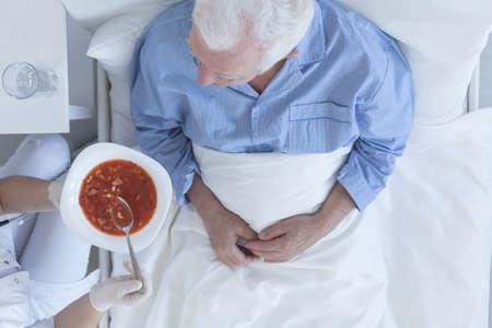 병원에서 환자에게 먹이를주는 간호사의 총 스톡 콘텐츠