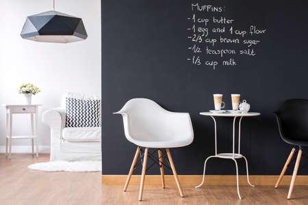 Shot van een moderne kamer met een krijtbord muur
