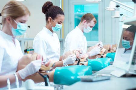 Drukke jonge tandheelkunde studenten lessen oefenen op fantomen Stockfoto