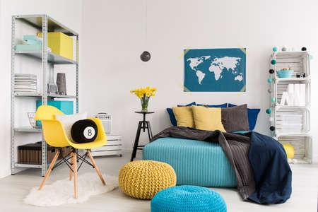 Image Recadrée D\'une Chambre Jaune Et Bleu Moderne Banque D\'Images ...