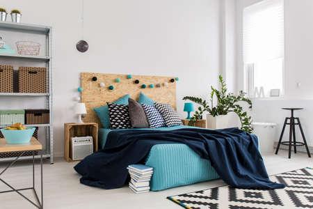 広々 としたモダンな寝室のベッドのショット