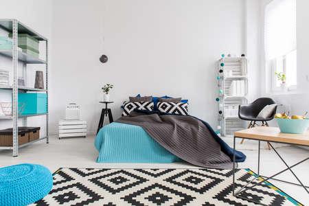 chambre: Tir d'un lit dans une chambre moderne et confortable Banque d'images