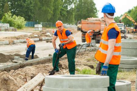 Beeld van arbeiders die op de bouwplaats