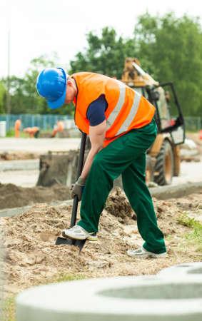 obrero: Foto del trabajador con la pala en la zona de trabajo Foto de archivo