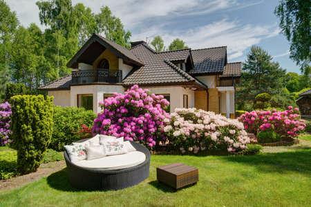 庭に籐でできた快適なソファ 写真素材