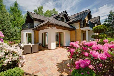 Mooie veranda in de achtertuin van het huis