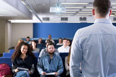 personas escuchando: Disparo de un profesor y sus alumnos durante una clase Foto de archivo