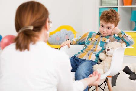ADHD를 가진 장난 꾸러기 소년 치료 세션을 갖는 학교 교사 스톡 콘텐츠