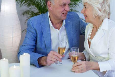aniversario de boda: Más viejo champán elegante consumición de los pares durante la celebración del aniversario de boda