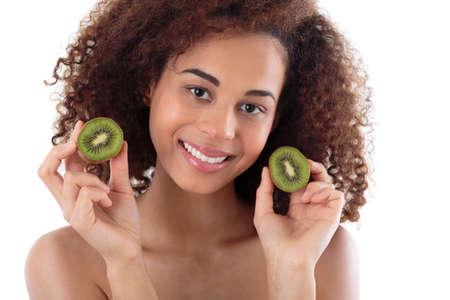 kiwi fruta: Retrato de una mujer afroamericana que sostiene dos piezas de un kiwi