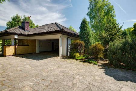 Vue de la petite maison avec garage Banque d'images