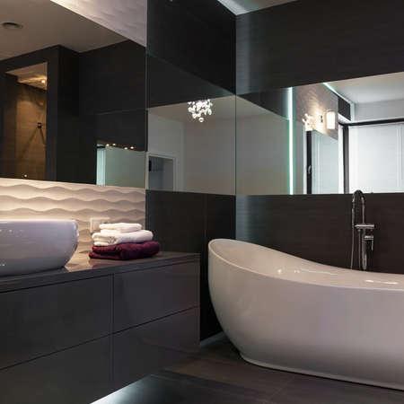 Zeer Luxueuze Futuristische Donkere Badkamer Met Een Mozaïek ...
