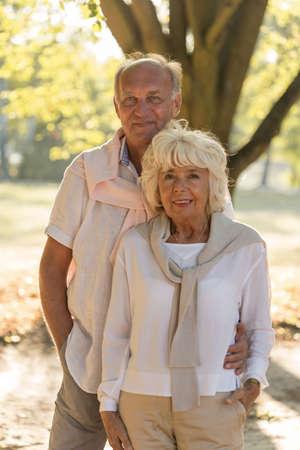 matrimonio feliz: Ancianos matrimonio feliz posando junto al aire libre