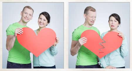 Vrij blije vrouw met haar vriendje verliefd op een foto. Naast het foto van paar na verdelen