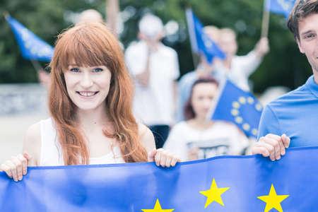 유럽 연합의 국기와 함께 젊은 여자 스톡 콘텐츠