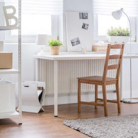 silla de madera: Silla de madera en blanco entre sala de estudio