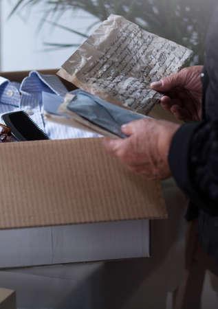 cartas antiguas: recuerdos de la mujer mayor en una caja de cartón