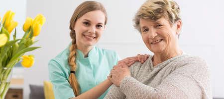 Shot van een bejaarde vrouw en haar verzorger