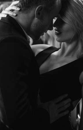 56474809-hombre-tocando-cuerpo-de-la-mujer-durante-las-relaciones-sexuales-apasionados.jpg?ver=6