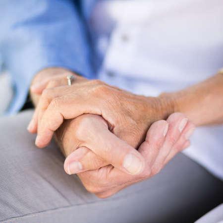 Close-up von liebenden Senior Paar Hand in Hand