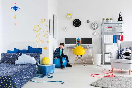 Shot van een kleine jongen in zijn ruimte thema slaapkamer