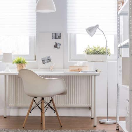 Beeld van eenvoudige witte studiegebied in tiener kamer Stockfoto