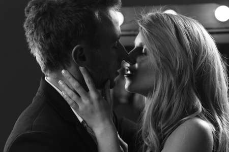 56475184-imagen-en-blanco-y-negro-de-la-atractiva-pareja-se-besa.jpg?ver=6