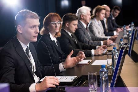comit� d entreprise: Politicien d�bat � un bureau avec microphones