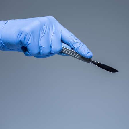 Ansicht der Chirurg Hand mit einem Skalpell