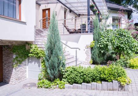 verandah: Garden in front of luxury detached house
