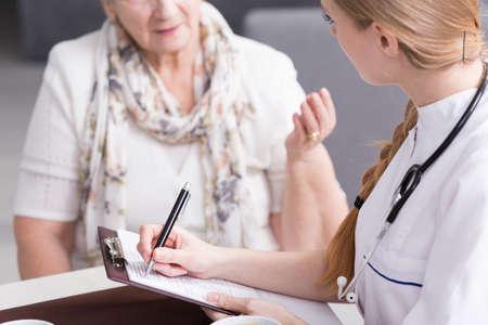 enfermeras: Disparo de una joven enfermera que llena historial médico de su paciente