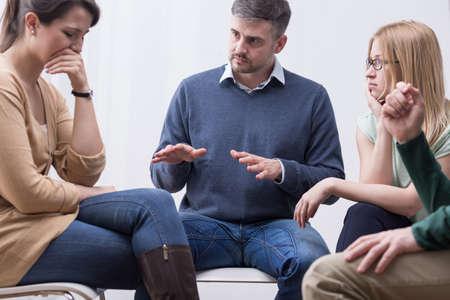 terapia grupal: sesión de terapia de grupo puede ayudar a expresar sentimientos y hacer frente a los problemas Foto de archivo