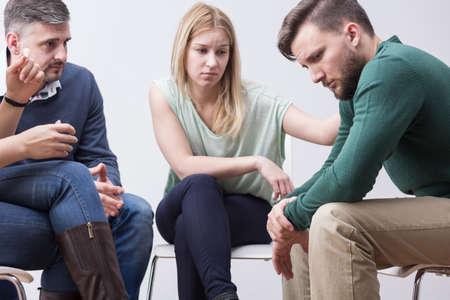 terapia grupal: Los jóvenes con problemas de soporte entre sí durante la terapia de grupo Foto de archivo