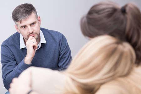 Hombre terapeuta escucha a sus pacientes después de la tragedia de la familia
