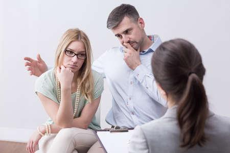 persona deprimida: pareja casada infeliz joven con problemas quiere reconciliarse en la sesión de psicoterapia