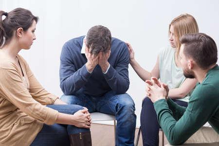 terapia grupal: Los jóvenes que participan en la terapia de grupo para superar la depresión