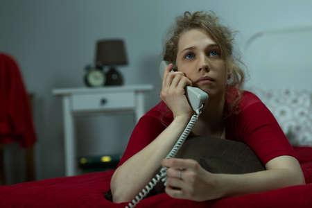 llamando: Foto de la mujer pensativa llamar a su amiga