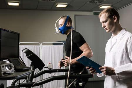 医師の監督の運動選手の持久力テスト 写真素材