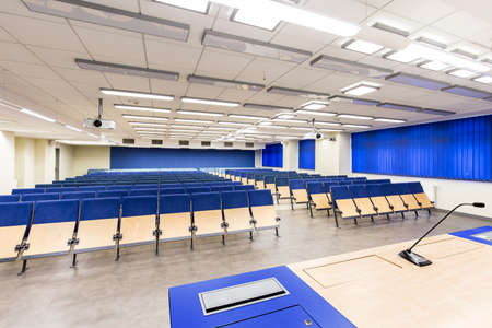 azul marino: Modern medium-sized lecture hall with navy blue details