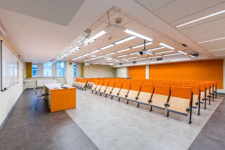 Scatto di una sala conferenze di medie dimensioni con dettagli arancioni